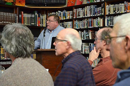 Steve at the podium. In front: Paul, Darvel, Dean, and ? Photo by Don Hardin.